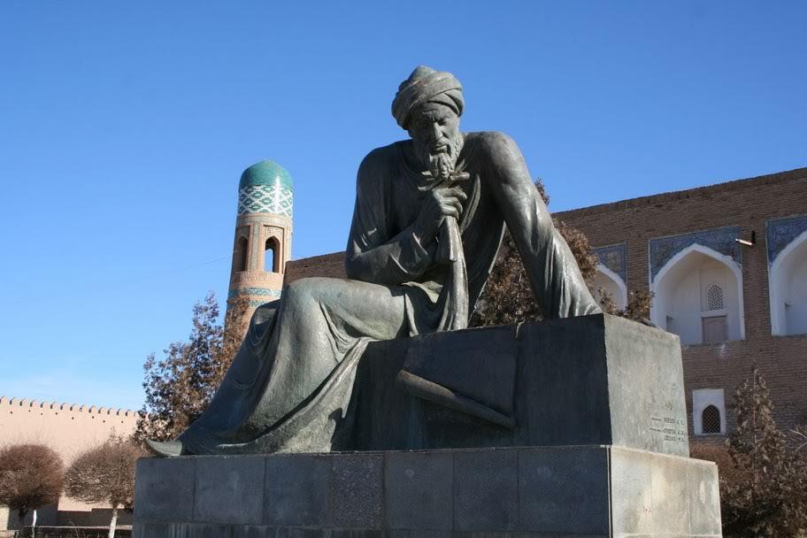 Памятник аль-Хорезми в Хиве, построенный еще в советское время. Скульптор С. Бабаян