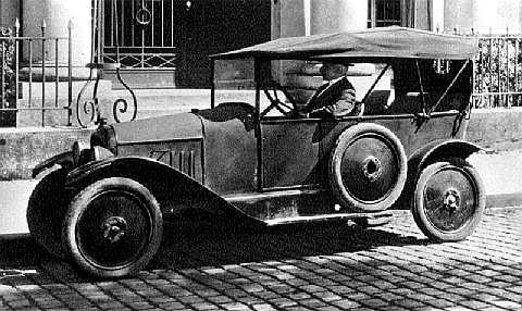 Citroën Type A. Это первый автомобиль, выпущенный с конвейера завода на набережной Жавель. За рулем покупатель, месье Тестмоль