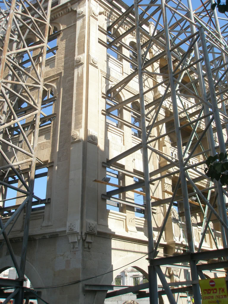 Закрепление фасада старого здания перед реконструкцией