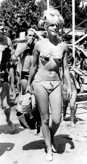 Бриджит Бардо в бикини. Благодаря ей Америка приняла бикини.