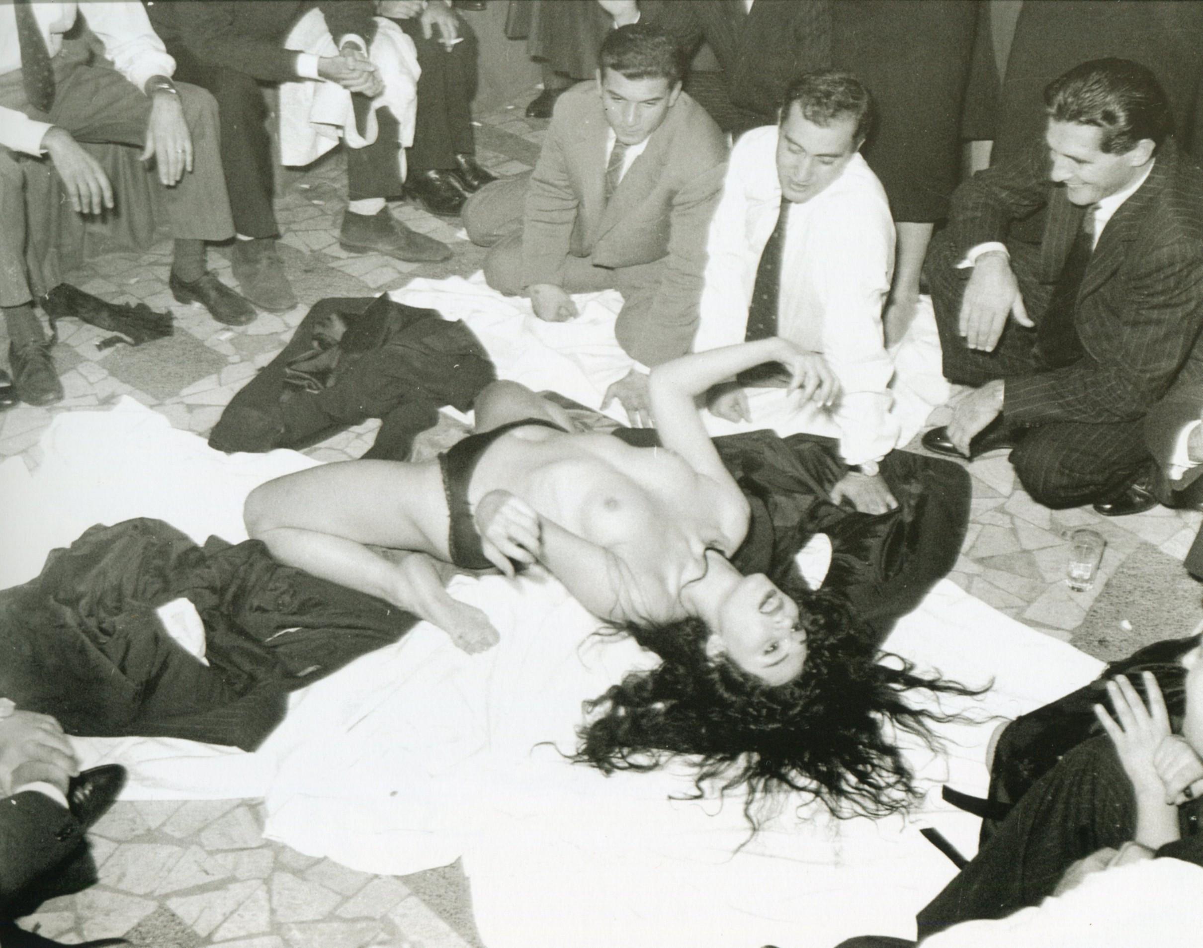 Айше Нана исполняет стриптиз в ресторане «Ругантино» 5 ноября 1958 года