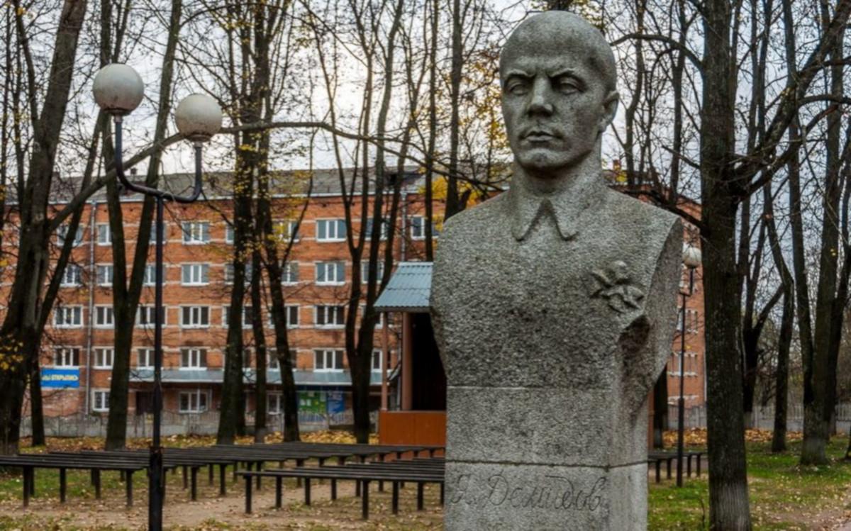 Памятник Якову Демидову в городе Демидов