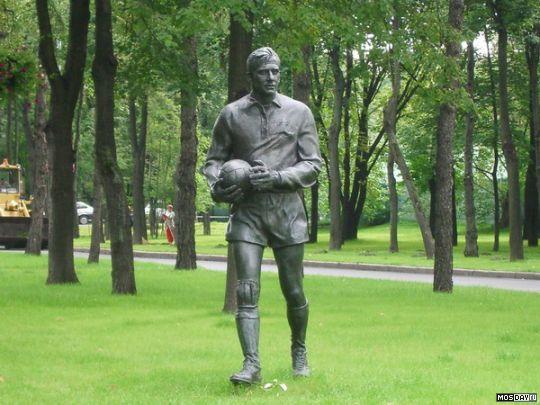Лев Яшин скульптура