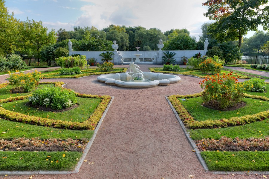 Garden_of_Tsaritsyn_pavilion_in_Peterhof_02_1.jpg