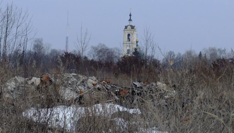 Строительный мусор рядом с земляным валом