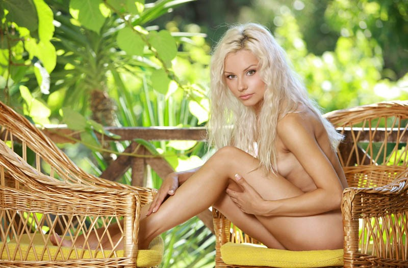 Голая блондинка на даче