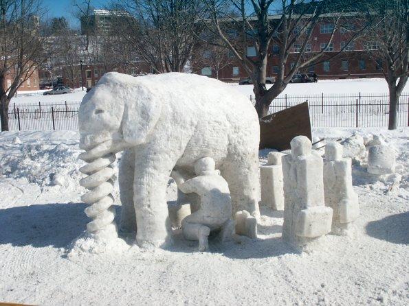 скульптура слона из снега