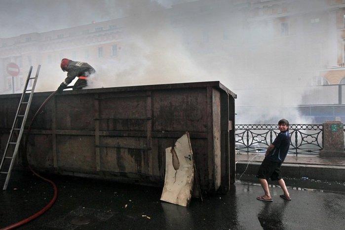 Таджик помогает тушить пожар в Санкт-Петербурге