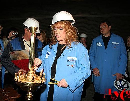 Пугачева в каске ставит свечку в церкви