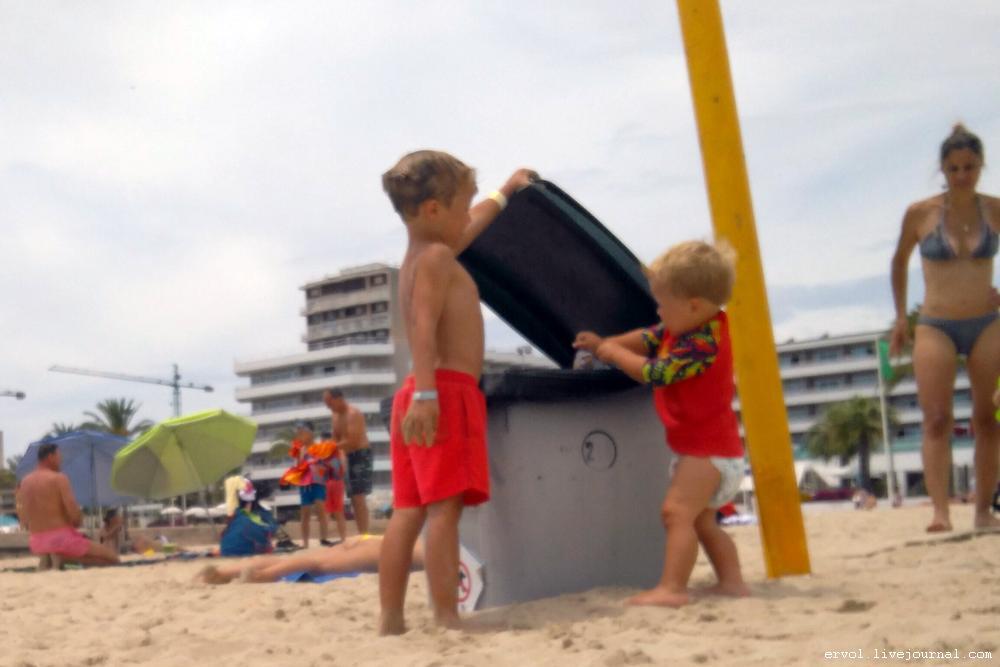 Немецкие дети на пляже и террорист