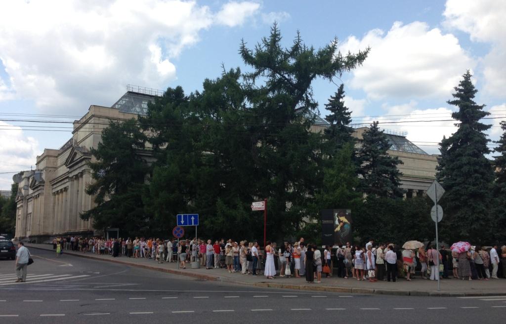 очередь под входом в музей пушкина