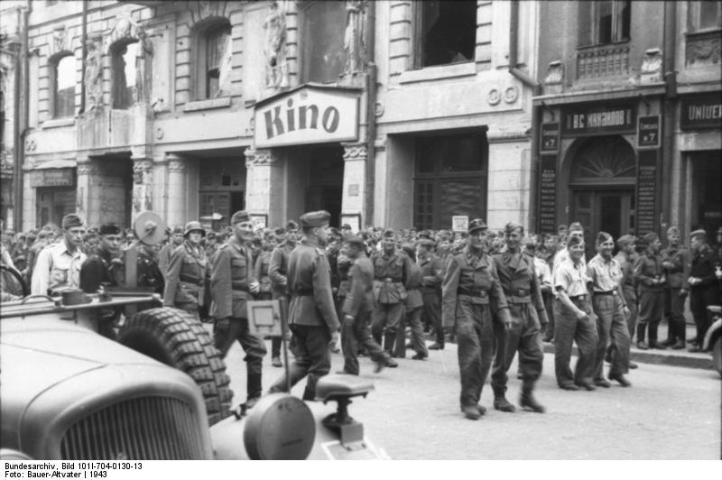 Bundesarchiv_Bild_101I-704-0130-13,_Charkow,_Soldaten_vor_Kino
