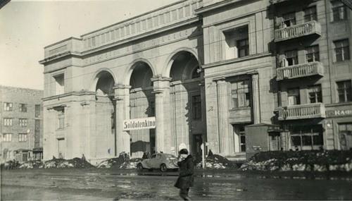 1941_1943_kinoteatr_shevchenko_na_fasade__vyveska_soldatenkino