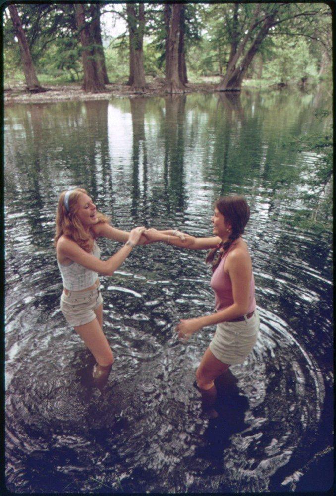 Девушки у воды на природе