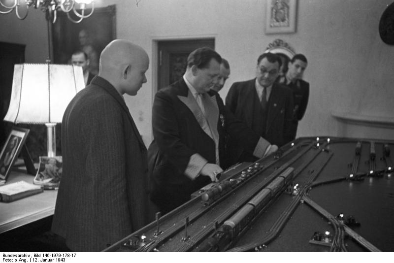 Bundesarchiv_Bild_146-1979-178-17,_Carinhall,_50._Geburtstag_Hermann_Göring