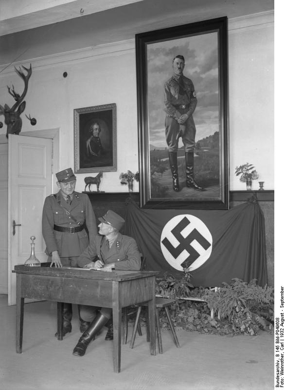 Bundesarchiv_B_145_Bild-P049608,_Schloss_Harnekop,_SA-Führerschule,_Wachstube