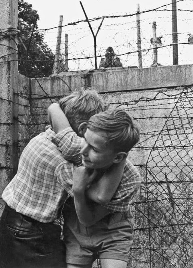 Children Playing at the Berlin Wall, 1963 (11)
