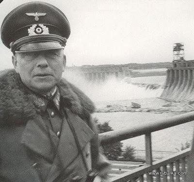 Немецкий офицер на фоне разрушенной советами электростанции