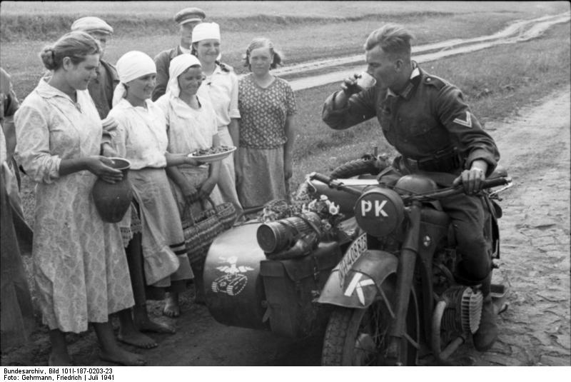 Bundesarchiv_Bild_101I-187-0203-23,_Russland,_PK-Soldat_auf_Motorrad