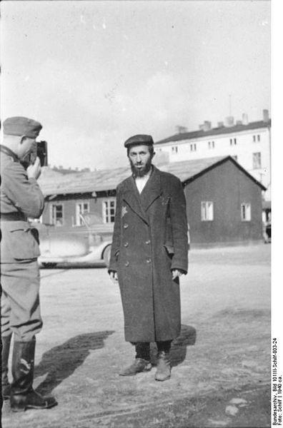 396px-Bundesarchiv_Bild_101III-Schilf-003-24,_Polen,_Ghetto_Litzmannstadt,_Bewohner,_PK-Fotograf
