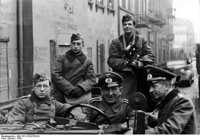 Bundesarchiv_Bild_101I-133-0703-33,_Polen,_Ghetto_Litzmannstadt,_deutsche_PK-Soldaten