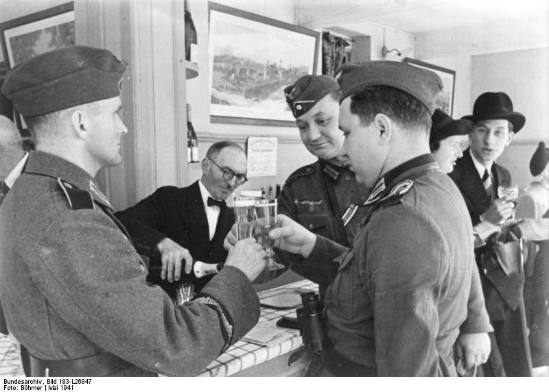 Bundesarchiv_Bild_183-L26847,_Bordeaux,_deutsche_Soldaten_auf_Turfplatz