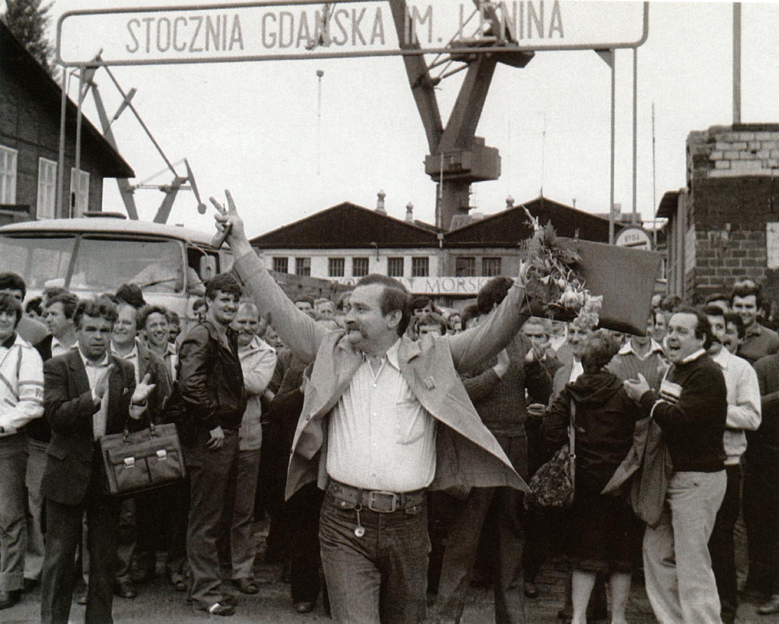 1LFE-350_Walesa+Gdansk-shipyard-workers