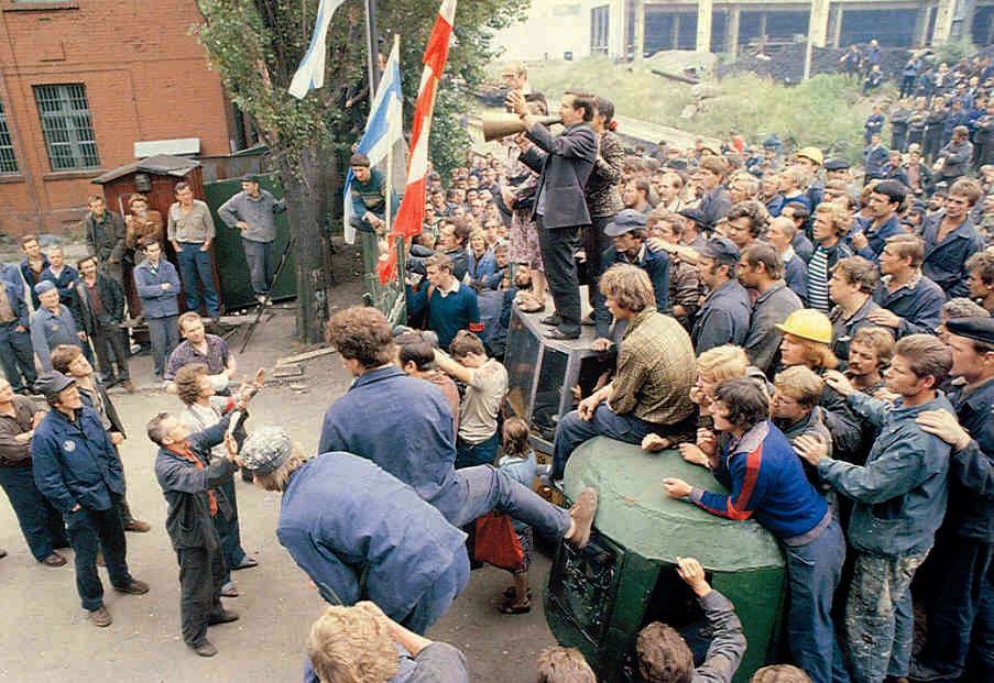 3J+B-472_Solidarity-organizing-Polish-workers_1980