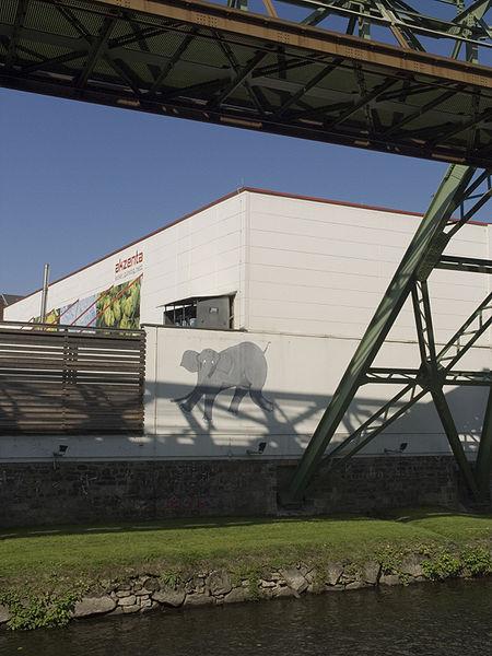 450px-Wuppertal,Schwebebahn(elephant)