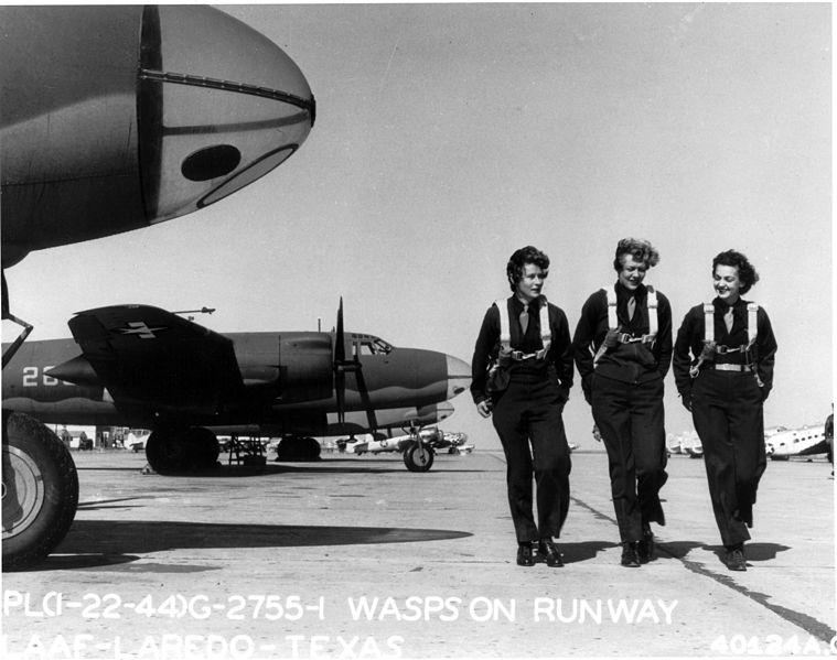 759px-WASPs_on_flight_line_at_Laredo_AAF