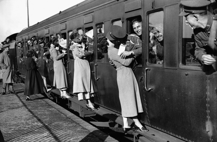 Vintage Photos of Soldiers Kissing Their Loved Ones (2)