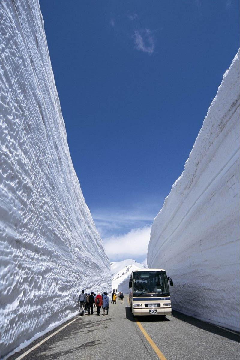 japans_65foot_towering_snow_walls_08