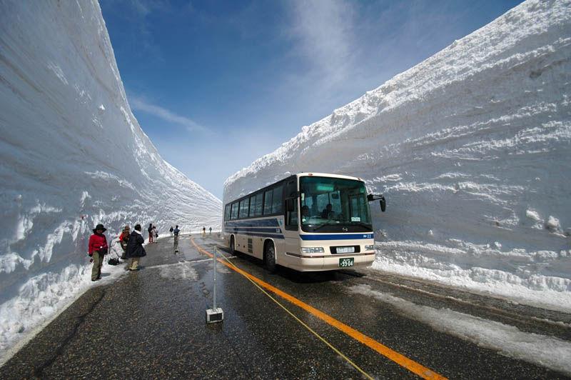 japans_65foot_towering_snow_walls_01