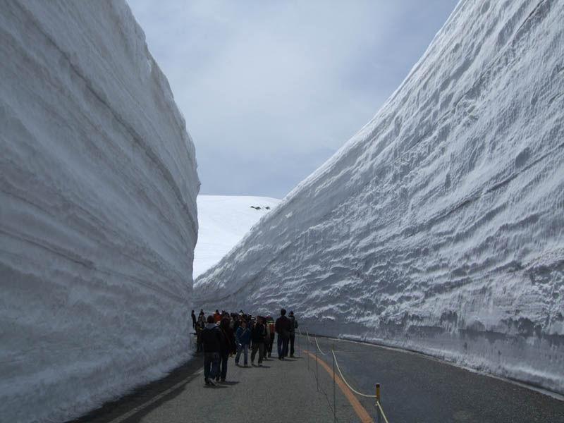 japans_65foot_towering_snow_walls_06