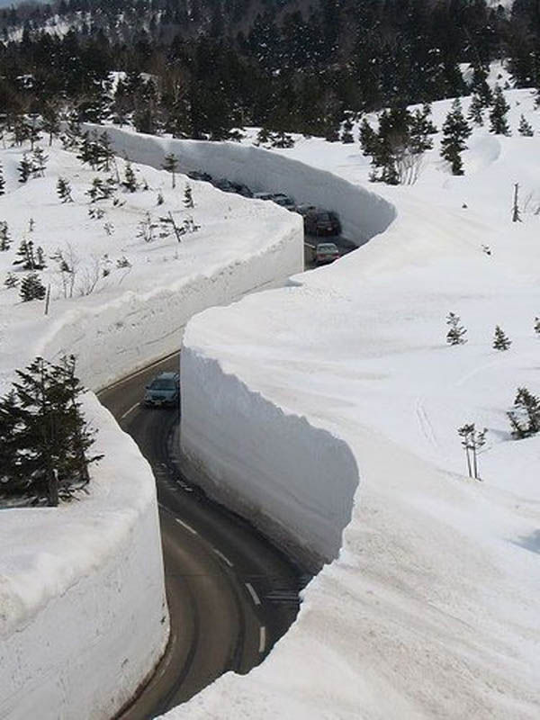 japans_65foot_towering_snow_walls_04