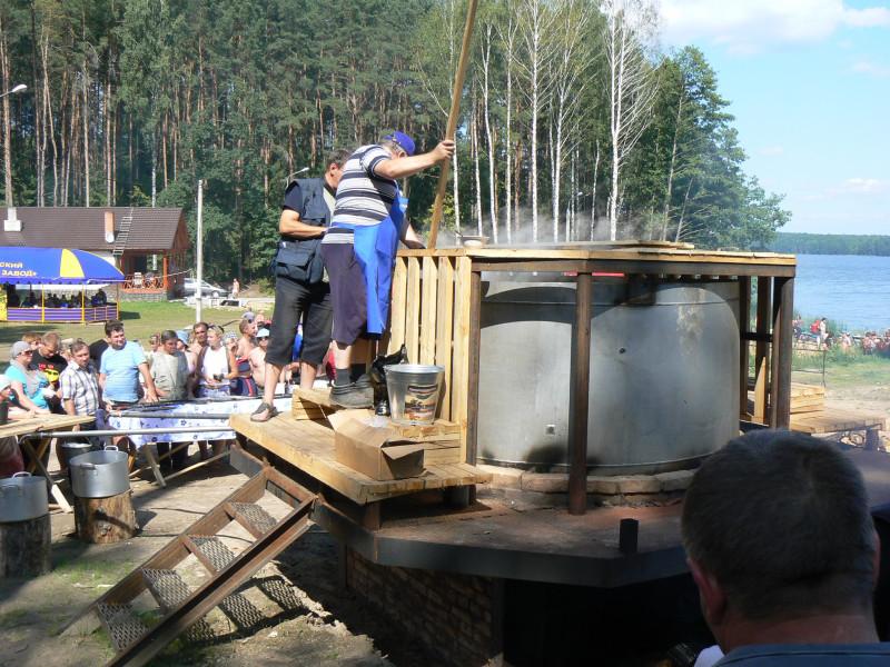 На рекорд Гиннесса. Готовим 3300 литров ухи. Белоруссия 2011.