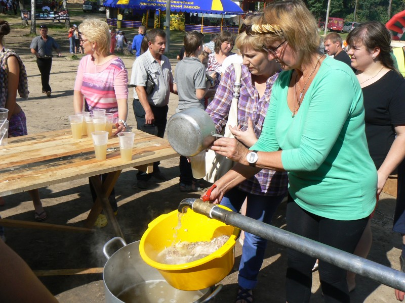 Уху на книгу рекордов Гиннесса раздавали из пожарных кранов. Белоруссия 2011.