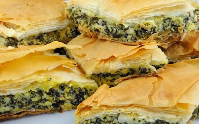 Спанакотиропита -- слоеный пирог с сыром и шпинатом