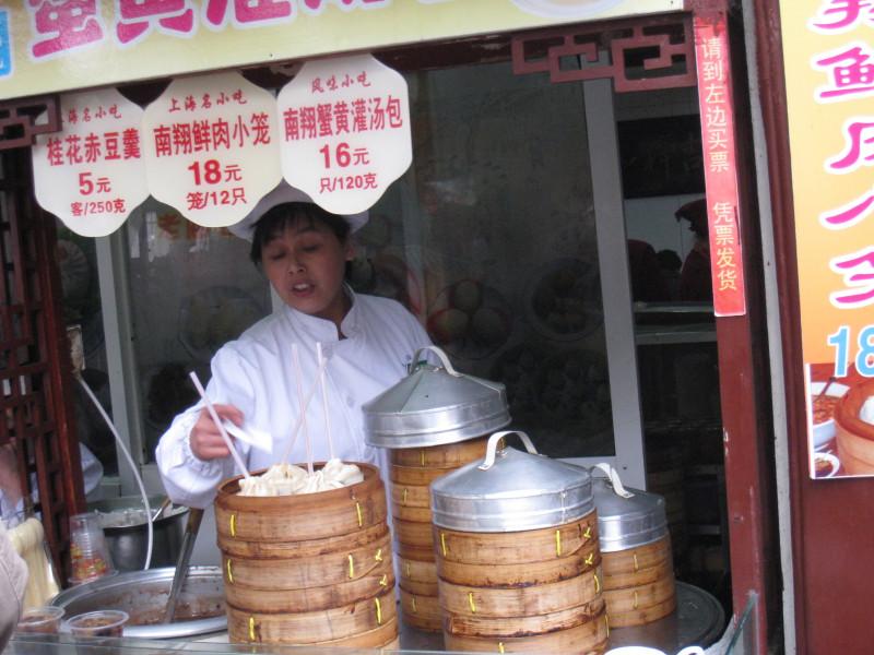 Пекин. Продавщица пельменей, 2011 год.