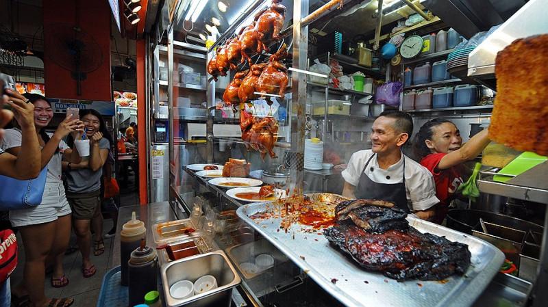 Палатка с едой Hong Kong Soya Sauce Chicken Rice and Noodle стала вторым в мире фастфудом, удостоенным звезды Michelin. Хозяин палатки Чан Хон Мен.