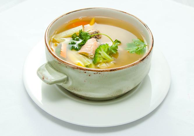Готовим консоме: прозрачный суп из лосося
