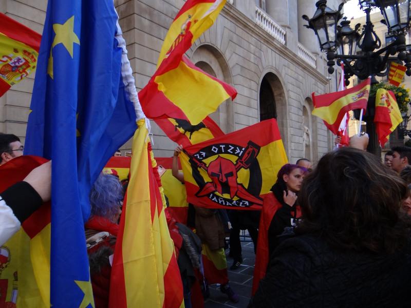«Пучдемона в тюрьму!», «Юнкераса - в клетку!», «Мы не фашисты, мы просто испанцы!», «Иди за нами!»