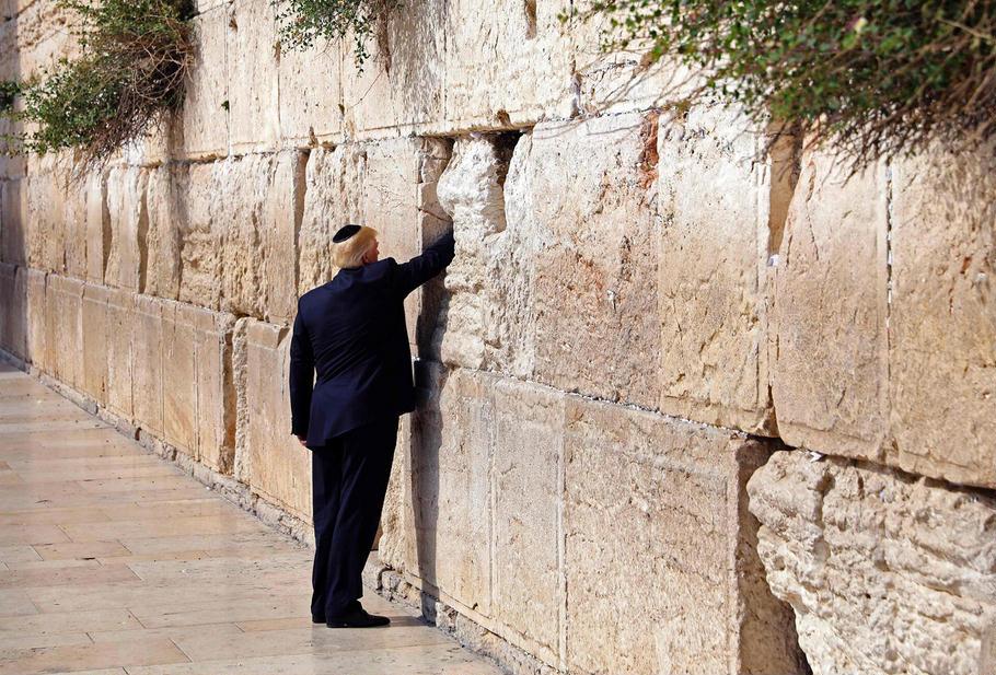 Президент США впервые посетил Стену Плача