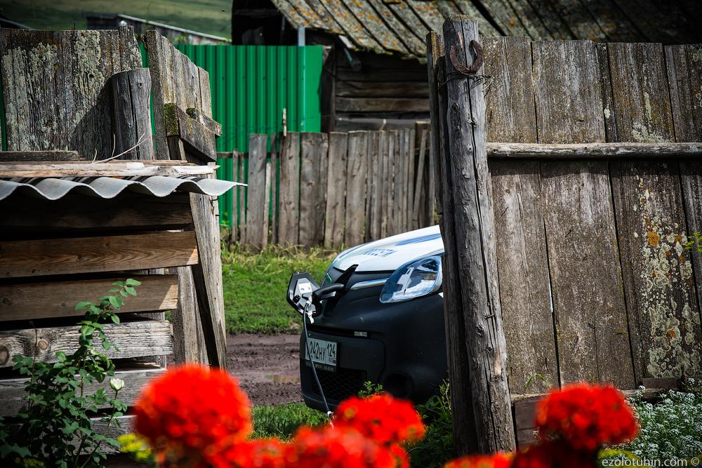 Тачка разрядилась. Как мы на автомобиле будущего в деревенский огород приехали