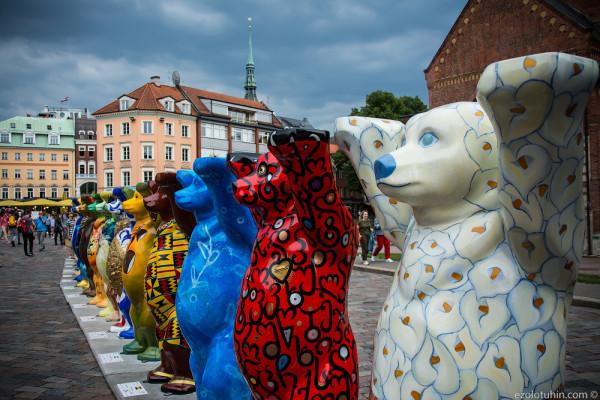 Пропаганда любви и толерантности в центре Риги. Содружество медведей Бадди покорило Латвию.