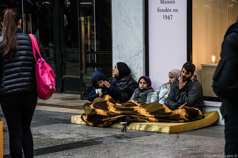 Сирийские беженцы на улицах Парижа