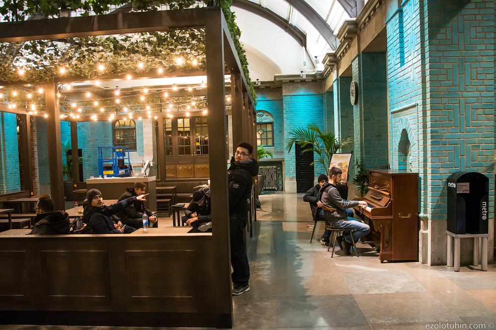 Встретился с местными пацанами вечером на вокзале в Швеции считается, самым, криминальным, вокзал, Мальме, разглядели, быстро, фотоаппарат, практически, сфотографировать, потребовали, пианино, играют, столах, стульях, втыкают, телефоны, напитки, действительно, Швеции
