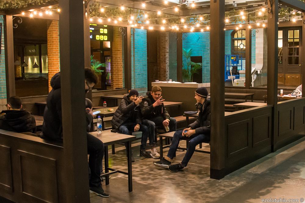 Встретился с местными пацанами вечером на вокзале в Швеции