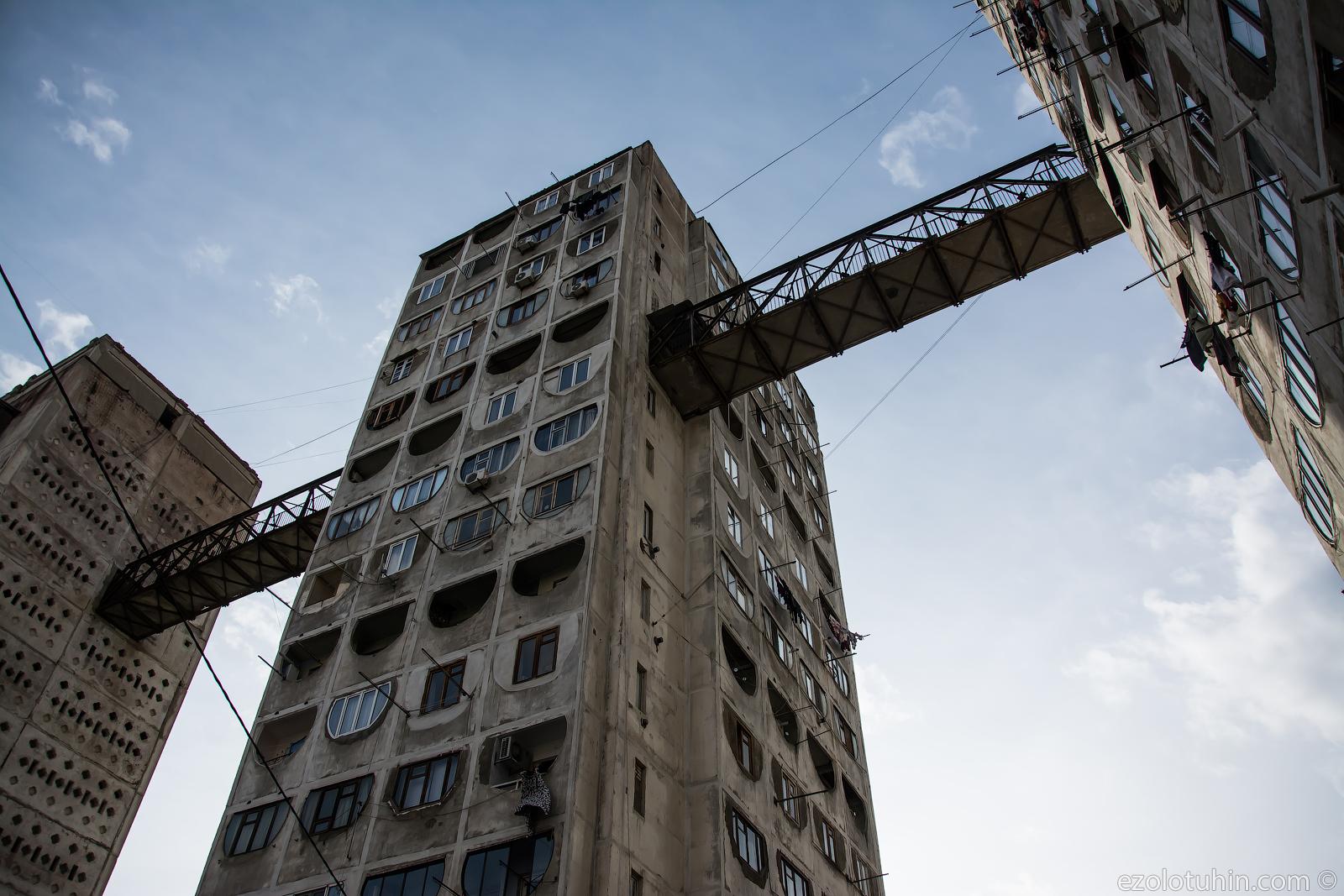 Зачем в Грузии построили мосты между советскими панельками
