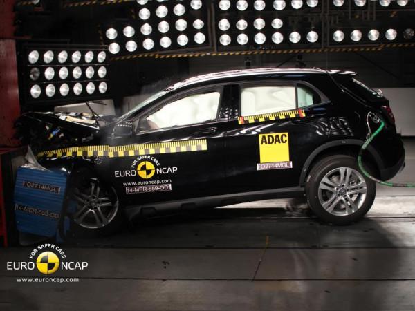 Euro-NCAP-Crashtest-Mercedes-GLA-2014-Sicherheit-Crash-Test-03
